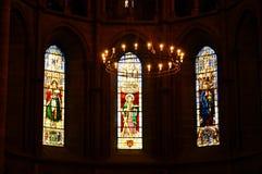 Gebrandschilderd glasvensters in St Pierre Cathedral Royalty-vrije Stock Afbeeldingen