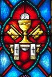 Gebrandschilderd glasvertegenwoordiging van Katholiek stock fotografie