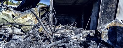 Gebrannte schädigende Ruinen des zerstörten Autos metallisch stockfoto