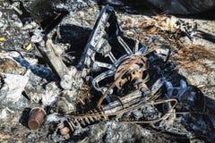 Gebrannte schädigende Ruinen des zerstörten Autos metallisch lizenzfreie stockfotos