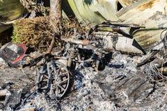 Gebrannte schädigende Ruinen des zerstörten Autos metallisch stockfotografie