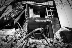 Gebrannte schädigende Ruinen des zerstörten Autos metallisch lizenzfreie stockbilder
