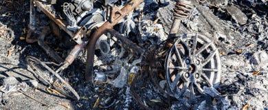 Gebrannte schädigende Ruinen des zerstörten Autos metallisch lizenzfreies stockfoto