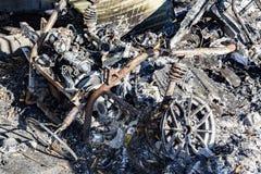 Gebrannte schädigende Ruinen des zerstörten Autos metallisch stockbilder