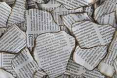 Gebrannte Schrotte der Zeitung für Hintergrund stockfotos