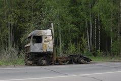 Gebrannter LKW an der Straßenseite lizenzfreies stockfoto