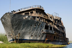 Gebranntes aufgegebenes Reiseflugboot auf dem Nil. Stockbild