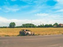 Gebranntes Auto auf einem Gebiet Stockbilder