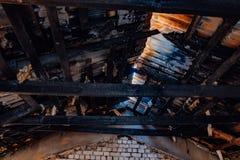 Gebranntes Haus, Reste des Dachs, Konsequenzen des Feuers lizenzfreie stockfotos