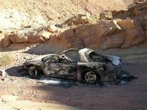 Gebranntes und verlassenes Auto in einer Wüstenschlucht nahe Las Vegas, Nevada Stockbilder