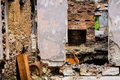 Gebranntes verlassenes Haus in weißem Clay Creek lizenzfreies stockbild