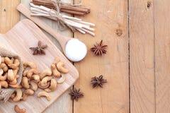 Gebratene Acajounüsse mit natürlichem auf hölzernem Hintergrund Lizenzfreies Stockfoto