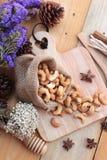 Gebratene Acajounüsse mit natürlichem auf hölzernem Hintergrund Lizenzfreie Stockbilder