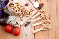 Gebratene Acajounüsse mit natürlichem auf hölzernem Hintergrund Lizenzfreie Stockfotografie
