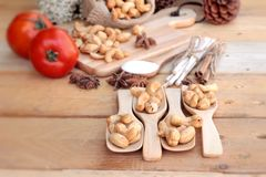 Gebratene Acajounüsse mit natürlichem auf hölzernem Hintergrund Stockfotografie