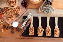 Gebratene Acajounüsse mit natürlichem auf hölzernem Hintergrund Lizenzfreies Stockbild