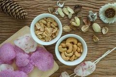 Gebratene Acajounüsse und Erdnüsse mit magentaroten klaren Reiscrackern Lizenzfreie Stockfotografie