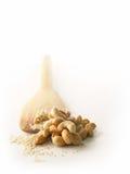 Gebratene Acajounüsse, weißer indischer Sesam auf weißem Hintergrund, Isolat Lizenzfreie Stockfotografie
