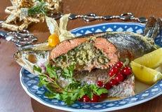 Gebratene angefüllte Fische auf einem festlichen Menü der Servierplatte Lizenzfreie Stockfotografie