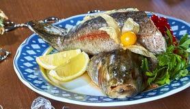Gebratene angefüllte Fische auf einem festlichen Menü der Servierplatte Stockbild