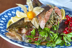 Gebratene angefüllte Fische auf einem festlichen Menü der Servierplatte Stockfotografie