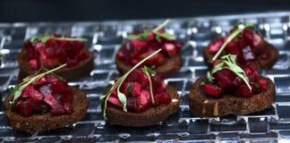Gebratene Aperitifs der roten Rübe auf dunklem Brot Stockfotos