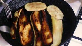 Gebratene Aubergine gekocht in einem Formeisenstein stock video