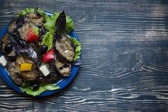 Gebratene Aubergine mit frischem Salat und Gewürzen stockfotos