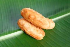 Gebratene Bananenstückchen auf Bananenblatt Stockfotos