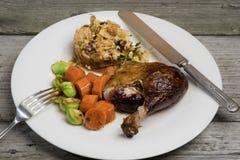 Gebratene Ente mit dem Apfel- und Krautanfüllen und Gemüse lizenzfreies stockfoto