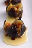 Gebratene Feigen im Mascarpone Käse-Honig und den Haselnüßen Stockfoto