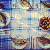 Gebratene Fische auf der gedienten Tabelle Lizenzfreie Stockfotos