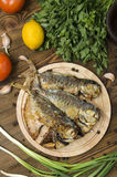 Gebratene Fische auf einem hölzernen Brett lizenzfreie stockfotografie