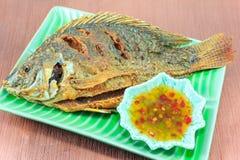Gebratene Fische auf einer grünen Platte Stockfotos