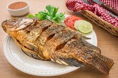 Gebratene Fische auf weißer Platte und Bad sauce Stockfotografie