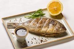 Gebratene Fische Dorada, Zitrone, Granatapfel-Soße stockbilder