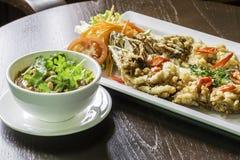 Gebratene Fische gedient mit würzigem Salat Stockfotografie