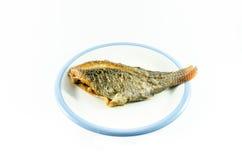 Gebratene Fische im Teller auf weißem Hintergrund Lizenzfreie Stockfotografie