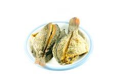 Gebratene Fische im Teller auf weißem Hintergrund Lizenzfreies Stockfoto