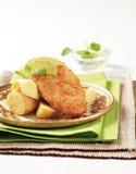 Gebratene Fische mit Frühkartoffeln Stockbilder