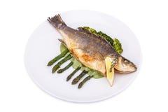 Gebratene Fische mit frischen Kräutern und Zitrone Lizenzfreie Stockbilder