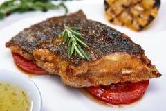Gebratene Fische mit Gemüse lizenzfreie stockfotos
