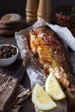 Gebratene Fische mit Gewürzen und Zitrone Lizenzfreies Stockbild