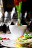 Gebratene Fische mit Karotte und Salat auf einer weißen Platte Restaurant lizenzfreie stockfotografie