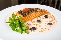 Gebratene Fische mit Oliven Lizenzfreies Stockbild