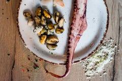 Gebratene Fische mit Petersilie auf einer Platte stockbilder