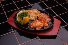 Gebratene Fische mit Reis und Gemüse stockfotografie