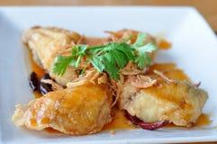 Gebratene Fische mit süß-saurer Soße. Stockfoto