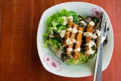 Gebratene Fische mit Salat Stockbild