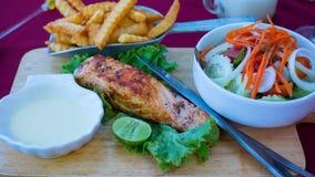 Gebratene Fische, Salat und gebratene Kartoffeln mit Soße Lizenzfreie Stockbilder